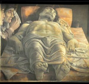 """Milano. Il """"Cristo morto"""" di Andrea Mantegna nell'allestimento di Ermanno Olmi (foto Giacomo Gatti)"""