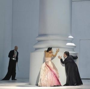 """Venezia. Una scena d'impronta neoclassica alla Fenice con """"La clemenza di Tito"""" (foto Michele Crosera)"""