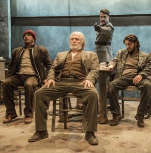 """Milano. Una scena di """"Educazione siberiana"""", di Nicolai Lilin e Giuseppe Miale di Mauro, al Teatro Elfo Puccini (foto di Adrea Macchia)"""