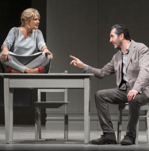 """Milano. Lella Costa e Paolo Calabresi in una scena di """"Nuda proprietà"""" di Lidia Ravera, al Teatro Carcano (foto Marina Alessi)"""