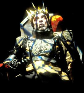 """Milano. Un'immagine di """"Riccardo III"""" di Shakespeare, al Piccolo Teatro Strehler, con Alessandro Gassmann, qui sul suo trono di sangue (foto Federico Riva)"""