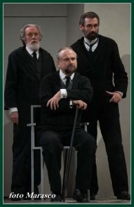 I tre patriarchi della famiglia Lehman: Henry (Massimo De Francovich), Emanuel (Fabrizio Gifuni) e Mayer (Massimo Popolizio)