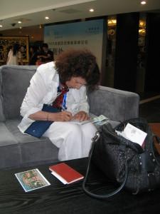 Anna Maria Trombetti al Congresso Intersteno di Pechino, nell'agosto 2009, impegnata a prendere veloci appunti in una pausa dei lavori