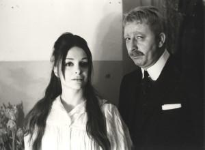 """Adriana Asti e Piero Mazzarella al Gerolamo nel 1963, con """"El testament"""", di Ciro Fontana, regia di Filippo Crivelli, bozzetti di Nicola Benois."""