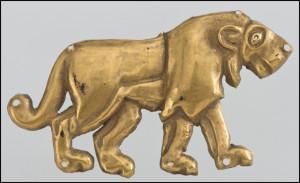 """""""Leone che cammina sulla destra"""" - Tumulo di Majkop - Seconda metà del 4000 a.C – Oro - Lunghezza 6,0 - San Pietroburgo, Museo Statale Ermitage"""