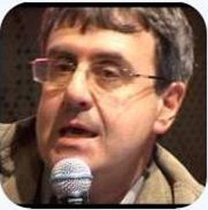 """Oliviero Ponte di Pino mentre presenta l'articolato progetto di """"Ateatro"""", presso la Libreria del Mondo Offeso, in Piazza San Simpliciano, Milano"""