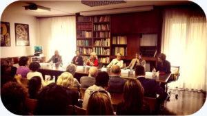 """La presentazione all'AGIS della 38ma edizione di """"Invito a Teatro"""". Al centro del tavolo: Nicoletta Rizzato, presidente dell'AGIS, accanto all'Assessore Filippo Del Corno, e Mimma Guastoni, Presidente dell'Associazione Teatri per Milano."""