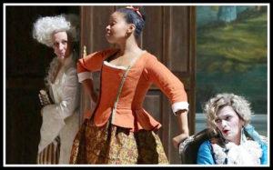 """Diana Damrau (la Contessa), Golda Schultz (Susanna) e Marianne Crebassa (Cherubino) in una foto di scena di """"Le nozze di Figaro"""""""